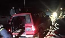 عناصر الدفاع المدني سحبت سيارتين علقتا بالوحول بصنين ومواطنين علقوا بالثلوج بكفريا