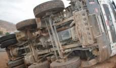 إصابة سائق شاحنة برضوض بعد إنقلابها على الطريق العام ببلدة مراح السراج