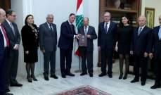 الرئيس عون تسلم من القاضي نديم عبد الملك التقرير النهائي لإنتخابات 2018