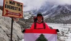 المتسلقة سلام ترفع العلم اللبناني الموقع من الرئيس عون على علو 5350 م
