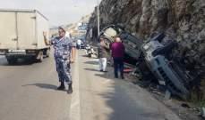 جريح اثر تصادم بين مركبتين وانقلابهما على أوتوستراد الجية باتجاه بيروت
