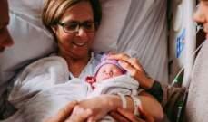 جدة تلد حفيدتها لمساعدة ابنها المثلي على الإنجاب