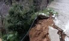 انهيار طريق في الضنية بسبب الامطار الغزيرة والسيول