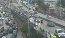 تعطل سيارة على جسر الكولا باتجاه نفق سليم سلام وحركة المرور كثيفة