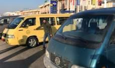 النشرة: أصحاب الفانات قطعوا الطريق الدولية عند مفترق الفرزل ابلح ورياق