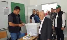 علي قانصو أدلى بصوته في ثانوية الدوير الرسمية