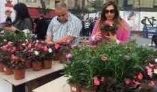 """""""التيار الوطني"""" أقام نقطة توزيع للزهور في ساحة ساسين برعاية صحناوي"""