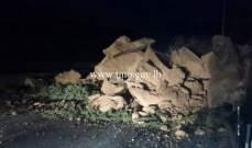 فرق الصيانة في وزارة الاشغال تعمل على إزالة الصخور على اوتوستراد انفه