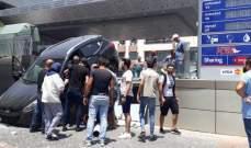 النشرة:سائق فقد السيطرة على سيارته واصطدم بحائط تابع لمحطة وقود في الهلالية