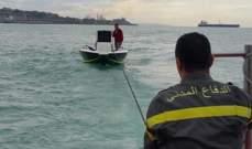 الدفاع المدني: سحب زورق سياحي على متنه شخصين إلى ميناء الجية بعد تعطل محركه