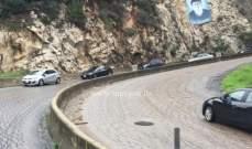 تسرب مادة المازوت على طريق حريصا وتحذيرات للسائقين للقيادة بحذر