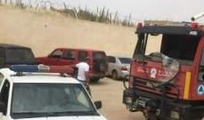 نازحون سوريون يحطمون زجاج سيارة للدفاع المدني في سهل دير الأحمر