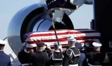 وصول الطائرة التي تقل جثمان جورج بوش الأب إلى واشنطن
