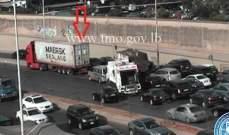 تصادم بين شاحنة وسيارة اول الطريق البحرية الكرنتينا والاضرار مادية