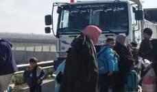 وصول دفعة من النازحين السوريين العائدين من الأردن إلى معبر نصيب بطريقهم لبلداتهم