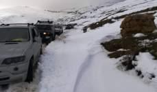 الدفاع المدني: إنقاذ مواطنين محتجزين داخل سياراتهم بسب تراكم الثلوج على طريق بوارج-ضهر البيدر