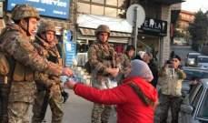 النشرة: شبان وشابات الحراك في بعلبك وزعوا الورود على عناصر الجيش