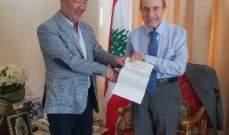 الخليل سلّم رئيس بلدية ميمس الدفعة الثانية من مساهمته المالية ببناء القاعة العامة للبلدة