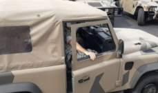 وصول عناصر من الجيش اللبناني الى نهر الموت ومطالبة المواطنين بإزالة سياراتهم من وسط الطريق