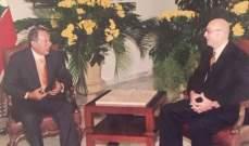 انتشار صورة لجوزيف أبو فاضل مع اميل لحود تعود إلى 25 أيار 2000