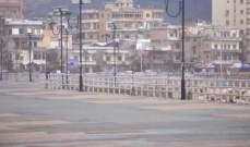 اخلاء المواطنين على كورنيش صيدا البحري برشهم بالمياه لخرقهم قرار التعبئة