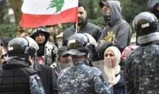 متظاهرون أمام مبنى بلدية بيروت يقومون بتحطيم أبواب مداخل البلدية