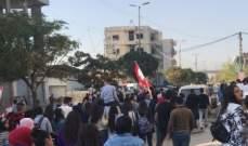 النشرة: متظاهرون اقفلوا مدخل مدينة زحلة بالسيارات