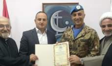 رئيس بلدية قانا الجليل منح شهادة المواطنة الفخرية للجنرال بيشوتا