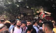 النشرة: الطلاب المتظاهرون نفذوا وقفة رمزية احتجاجية أمام مدخل سراي صيدا