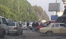 محتجون أقفلوا طريق عام العبدة حلبا بالعوائق