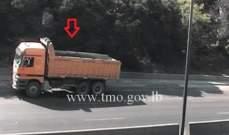 تعطل شاحنة على طريق اليرزة باتجاه الجمهور وحركة المرور ناشطة في المكان