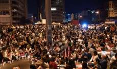 تزايد أعداد المتظاهرين أمام أحد مداخل مجلس النواب