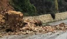 انهيارات تتسبب باقفال جزئي لطريق في منطقة البترون