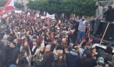 ارتفاع أعداد المتظاهرين أمام مدخل مجلس النواب في شارع بلدية بيروت