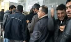 النشرة: طوابير للنازحين السوريين أمام أحد المصارف بالنبطية لسحب مساعدات التدفئة