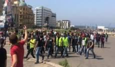مشاغبون يرشقون عناصر الجيش بعبوات المياه والحجارة في وسط بيروت