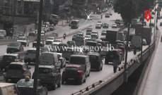 التحكم المروري: تصادم بين مركبتين على جسر الدورة وحركة المرور كثيفة
