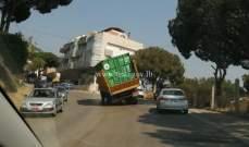 تعطل شاحنة على طريق المنصورية-عين سعادة