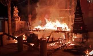 النشرة: مجهولون أحرقوا مغارة وشجرة الميلادفي باحة كنيسة السيدة جديدة الفاكهة