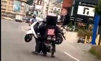 """""""النشرة"""" تكشف عن فيديو لشخص متهور على دراجة نارية يشكل خطرا على السلامة العامة"""