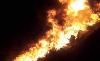 """""""اليازا"""": حريق عدد كبير من الدواليب في بخعون والدخان يغطي سماء البلدة"""