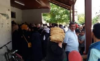 النشرة: السوريون يعانون أزمة كبيرة على ابواب الأفرانلتأمين الخبز