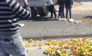 مقطع مصور لمواطن يرمي بضاعته على الطريق احتجاجاً: من المسؤول؟