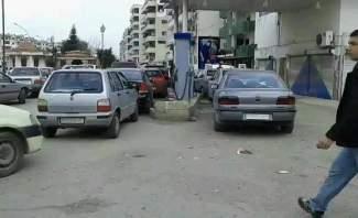 النشرة: أزمة البنزين مستمرة في سوريا والسيارات تقف لساعات للحصول على المادة