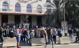 النشرة: المحتجون أقفلوا سراي زحلة ومنعوا الموظفين من الدخول