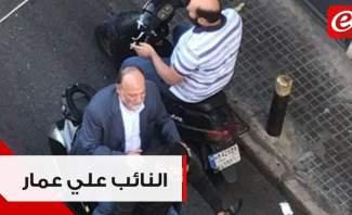 النائب علي عمار يصل الى مجلس النواب على دراجة نارية ويسير بين المتظاهرين