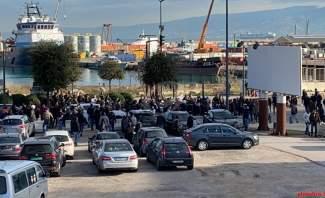 المحتجون يحاولون إغلاق الطريق البحرية المؤدية الى وسط بيروت