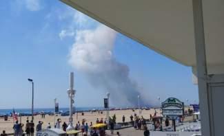 لحظة انفجار شاحنة مفرقعات على شاطئ مزدحم