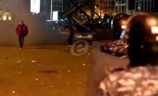 المتظاهرون يرمون الحجارة على سيارة تابعة  للقوى الامنية في بيروت