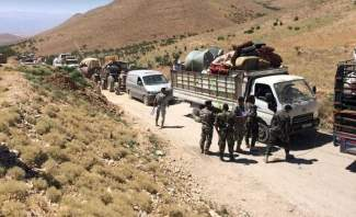 النشرة: 200 نازح سوري غادروا بلدة عرسال عن طريق الجرد نحو سوريا